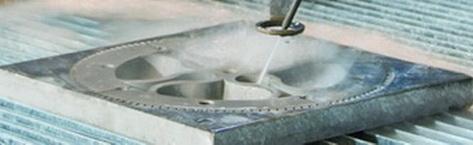 Раскрой толстого нержавеющего металла при помощи гидроабразивной резки.