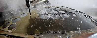 Раскрой металла при помощи гидроабразивной резки.