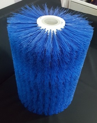 Цилиндрическая щетка используется при производстве твердого сыра.